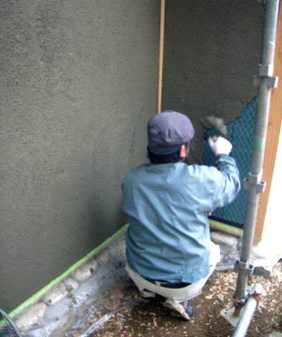 ラス網にモルタルを塗っていく。