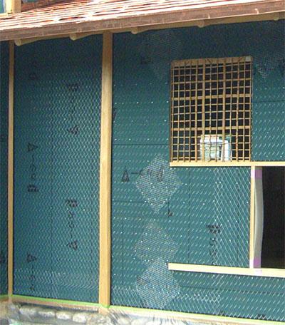 ラス網を張った外壁。窓の隅などひび割れが生じやすい部分には、補強の網を入れています。