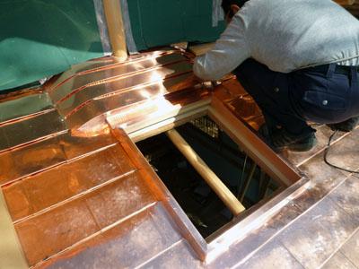 突き上げ窓部分は雨仕舞のため複雑な納まりに。