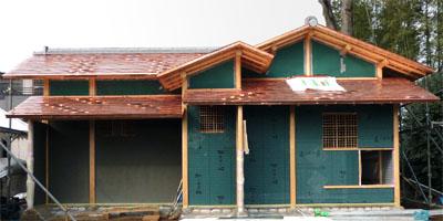 葺き上がった銅板の屋根。