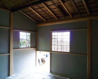 下地窓と躙り口から入る光。施工中だが陰翳礼讃の雰囲気を味わえる。