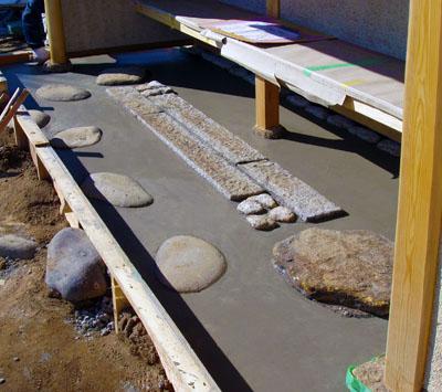 腰掛待合の足元に施された石々。