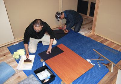 和紙を寸法に合わせて切り、糊を付ける。