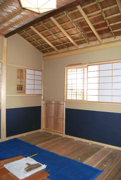和紙を腰張した室内。
