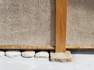 柱を建てる基礎石と、足固めの下に差し込む差し石。