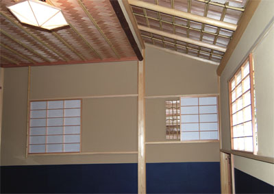 ほぼ完成した室内。下地窓には障子が入っている。網代の平天井と板張りの指し掛け天井の